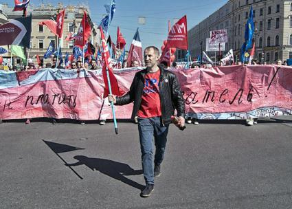 1 May 2016: Russian labour activist Alexei Etmanov leads a demonstration of autoworkers through St Petersburg. Source: MPRA / Facebook.